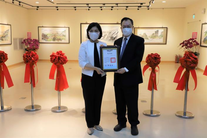 張縣長致贈感謝狀給蔡俊章博士。