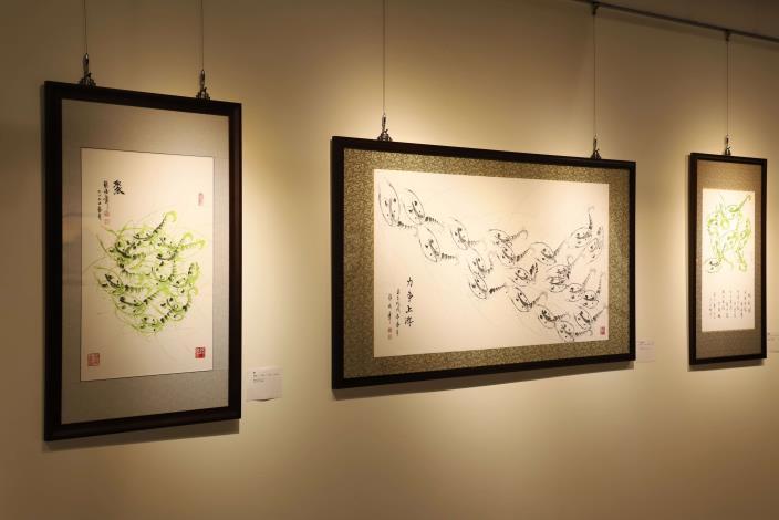 蔡俊章除了擅長畫山水、農村風光,也是國內著名的畫蝦大師。