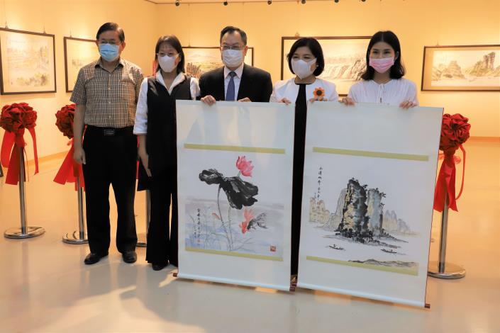 蔡俊章博士捐贈2幅畫作給雲林縣文化基金會拍賣,所得挹注縣內藝文活動推廣。