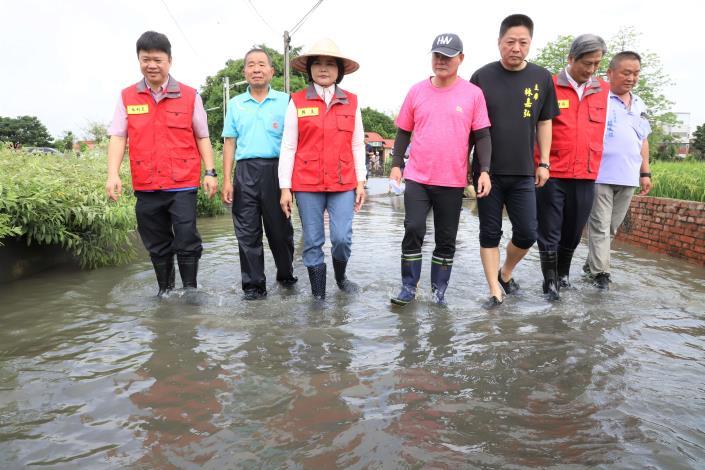 縣長張麗善今日率縣府水利處、雲林縣消防局會同虎尾鎮公所,前往積水嚴重的堀頭里勘災。