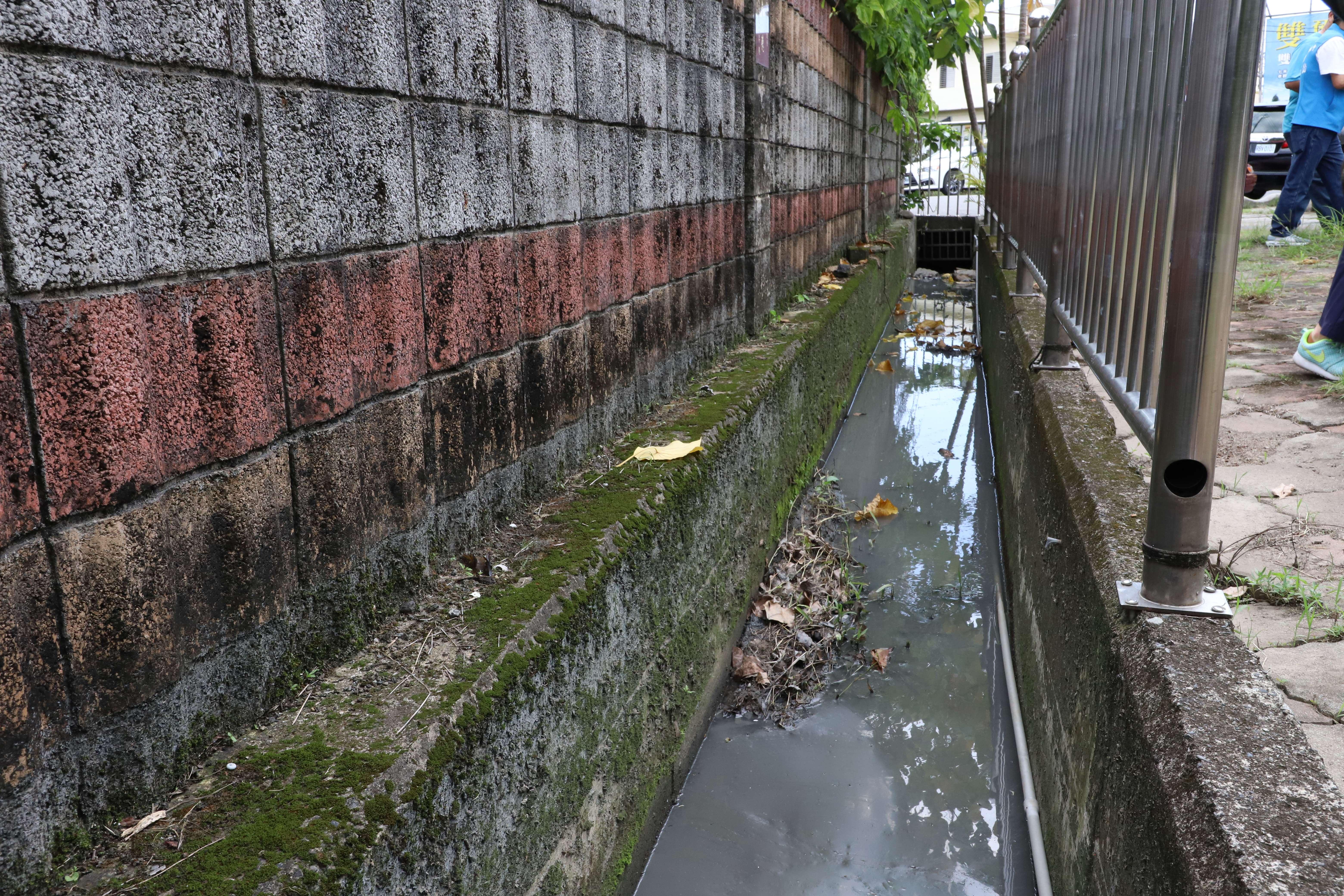 石榴國小校園旁的水利溝渠有待清淤。