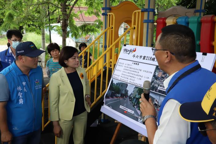 工務處長汪令堯說明218線光復路排水改善工程。