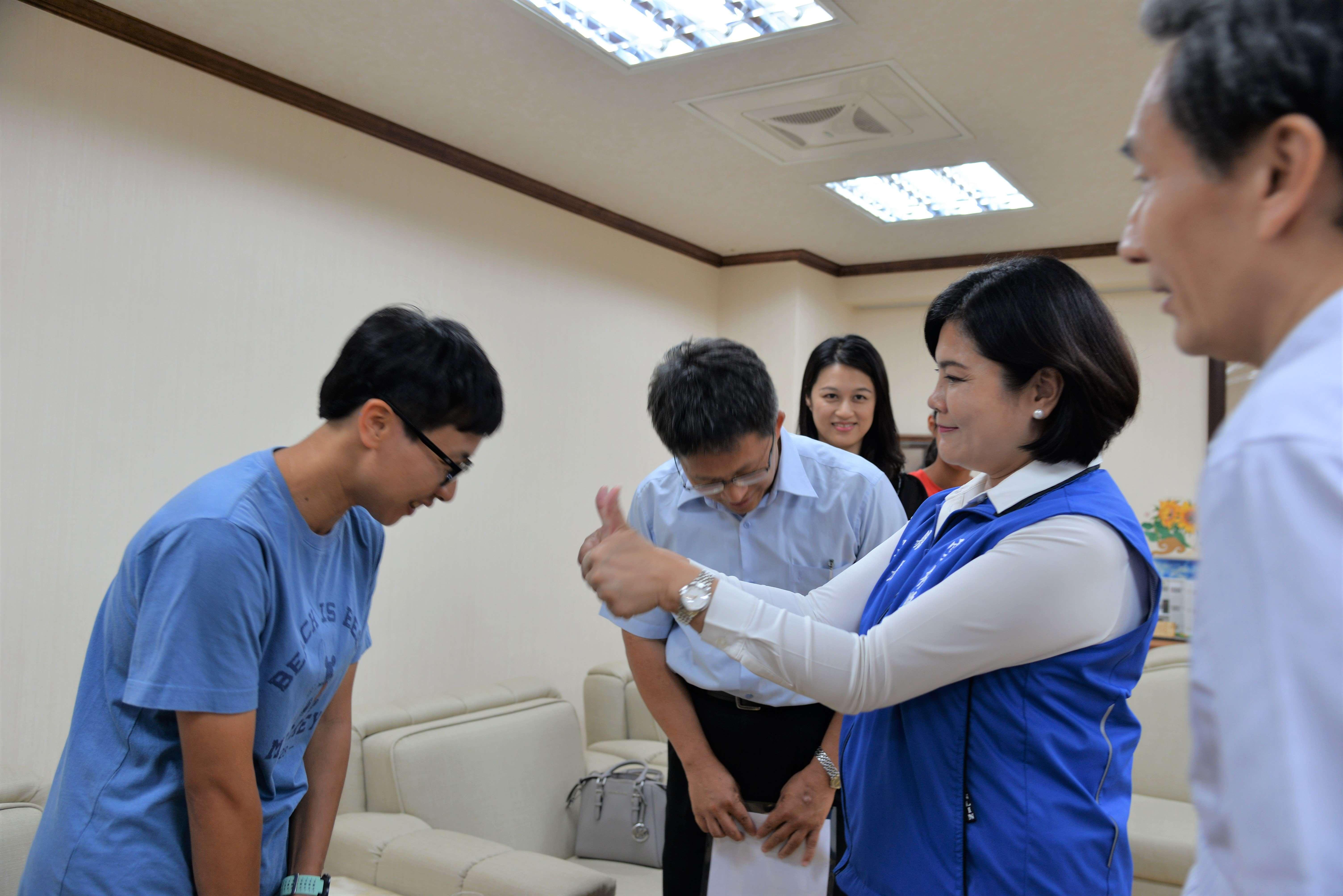 張麗善縣長感謝北辰國小陳明誌校長、田徑教練許茹茵及家長,長期以來的支持與協助