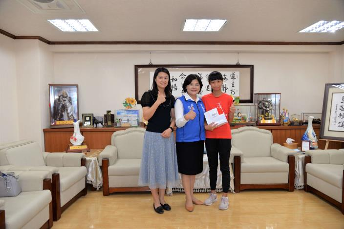 北辰國小王宥晴與媽媽,一起接受縣長表揚