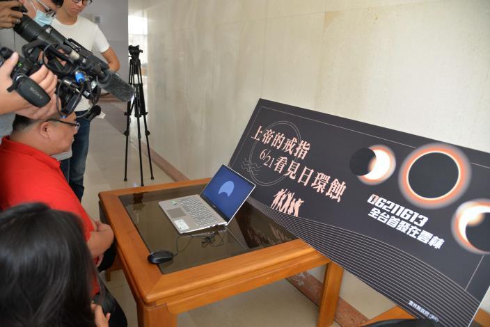 水南社區理事長紀明欣,解說本次日環蝕預測經過路線及最佳觀測位置