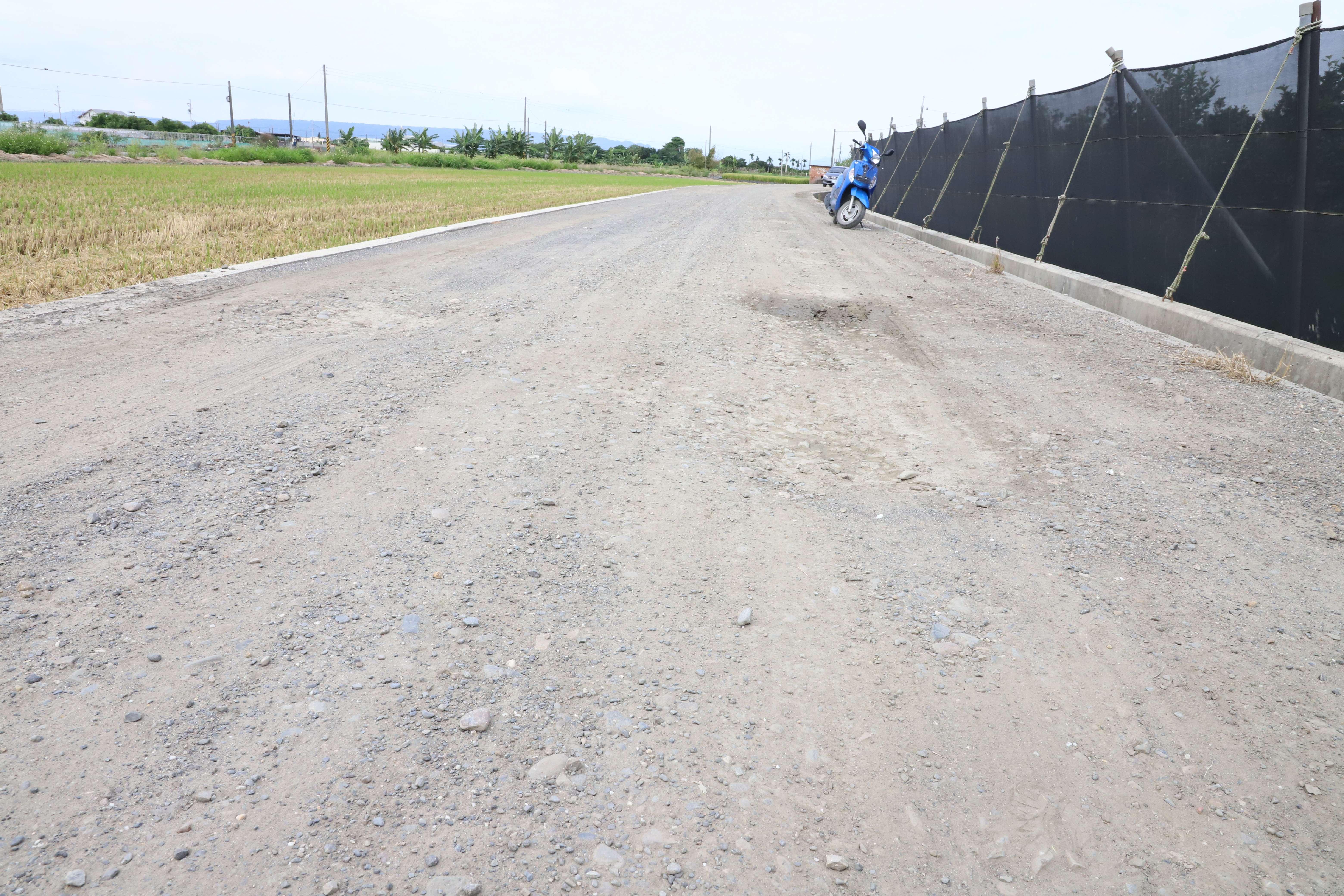莿桐鄉大埔尾(二)早期農地重劃區,去年完成更新改善工程後,未鋪設瀝青混凝土路面,地方反映影響行車安全。