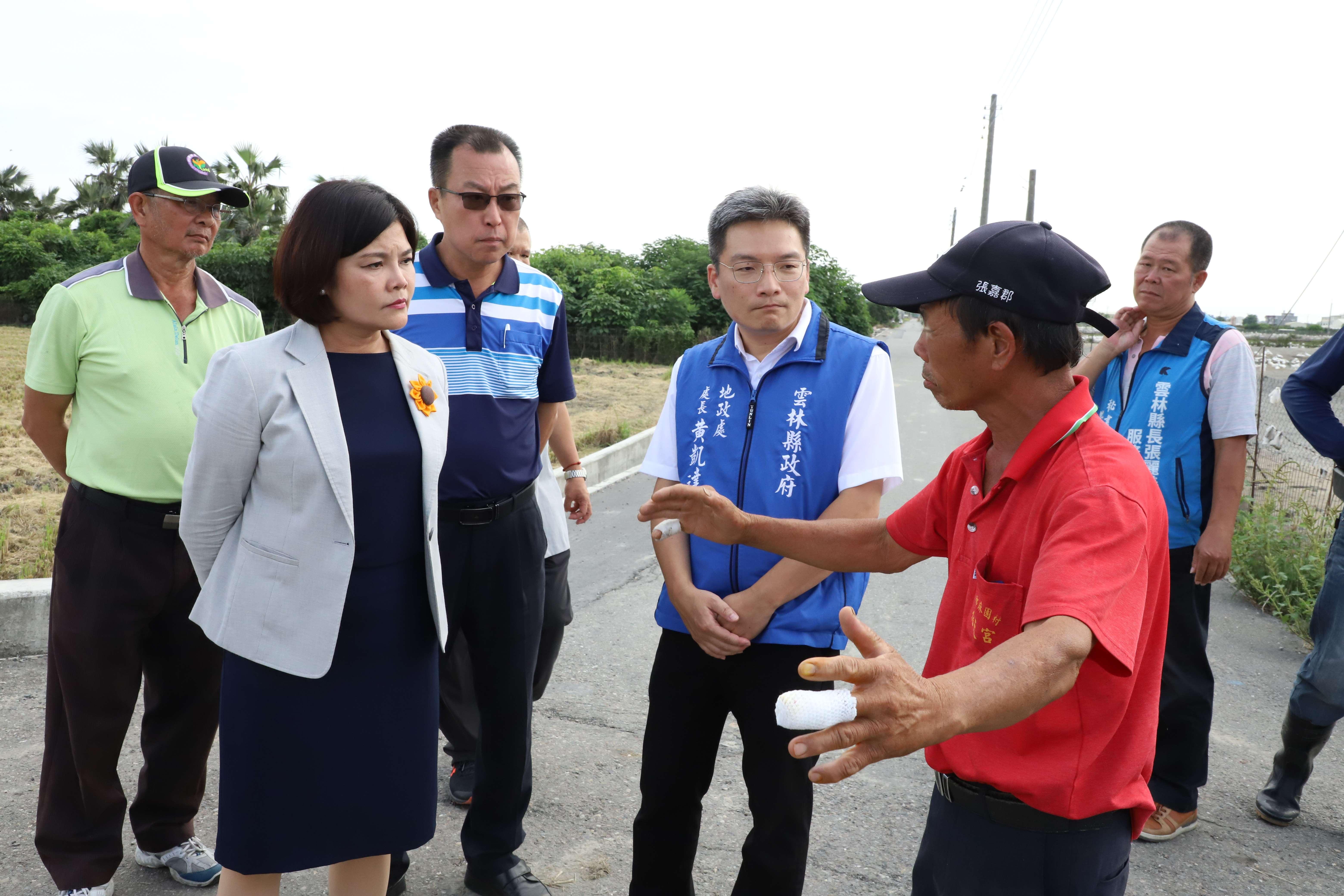 張縣長等人今日至莿桐鄉大埔尾(二)早期農地重劃區,聽取地方意見。