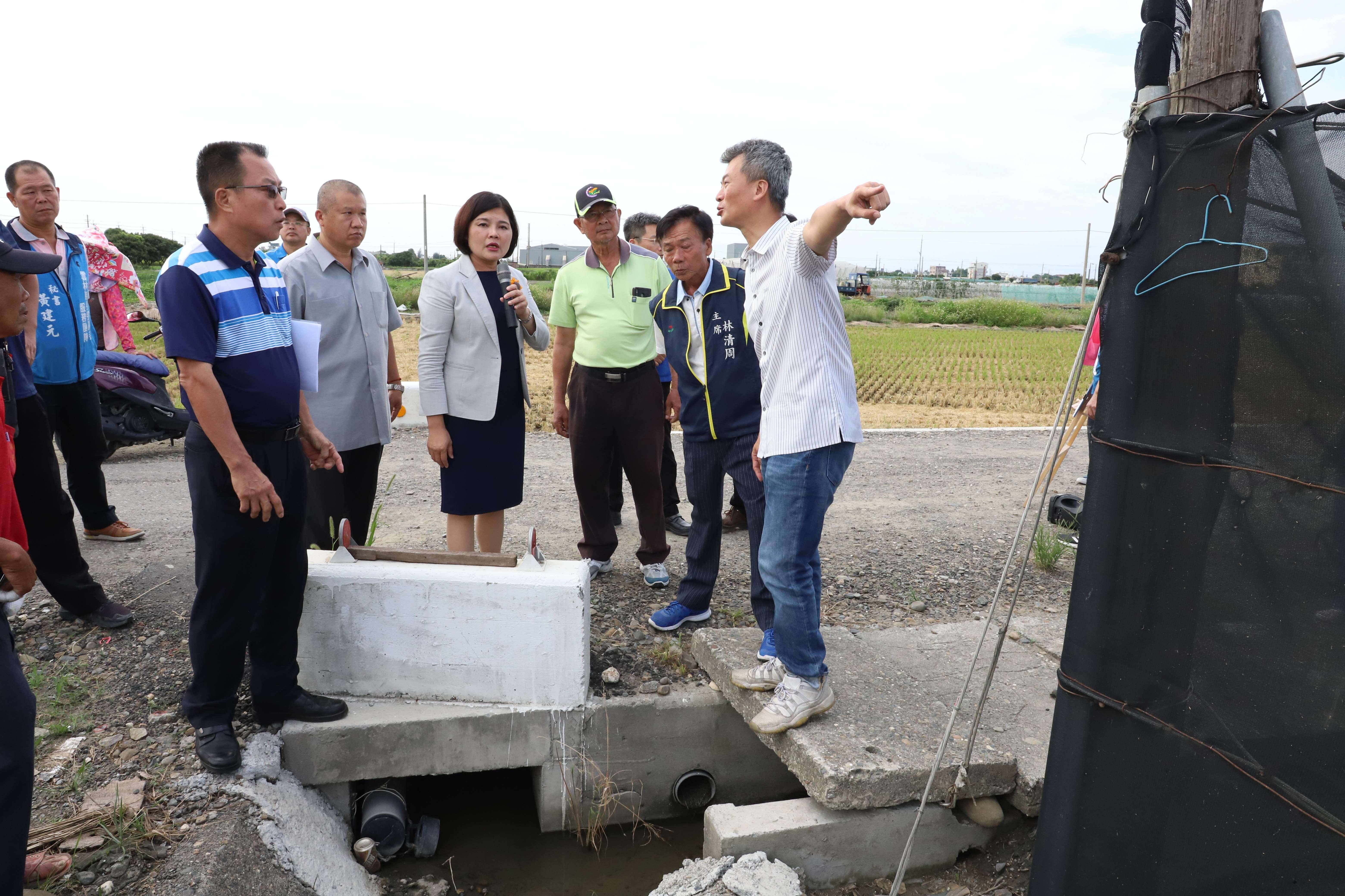 莿桐鄉大埔尾(二)早期農地重劃區除路面未鋪設柏油,影響行車安全外,尚有排水不良等問題,張縣長希望農田水利會能協助改善。