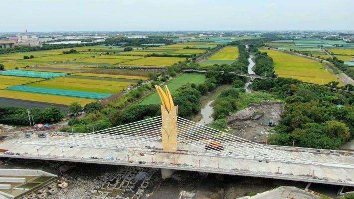 形如黃金稻穗的跨虎尾溪景觀橋  經票選為 雲禾大橋(圖由雲林阿輝 提供)