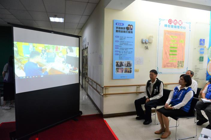 張縣長等人共同觀看手語翻譯視訊服務影片介紹