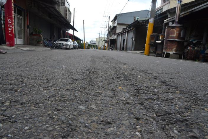 莿桐鄉雲70線路面老舊且龜裂破損。