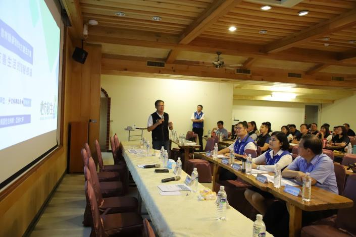 張縣長等人聽取麥寮鄉公所主秘陳東松簡報麥寮地方創生計劃。