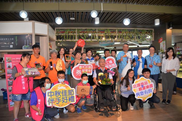 縣府14日上午於雲林縣勞工育樂中心舉行「優先庇護 券留雲林」記者會