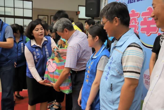 張縣長致贈雲林良品慰勞391個村里200多位村里幹事。