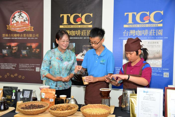 樟湖學生現場手沖咖啡供來賓體驗品嘗