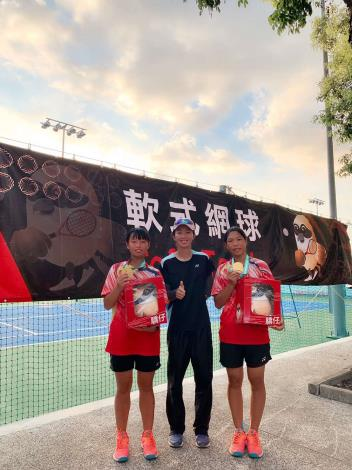 斗六國中軟網女雙金牌。鄭竹玲教練(中),廖櫻真(左),程芮庭(右)