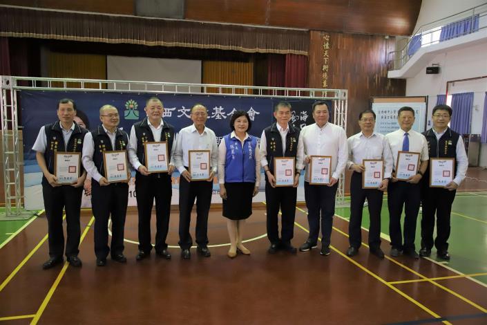 張縣長致贈感謝狀給臺西文教基金會及捐助冷氣的個人與企業。