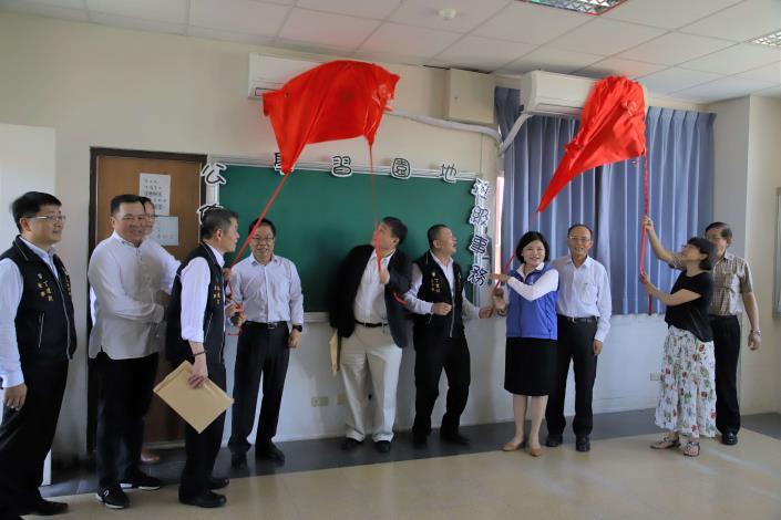 張縣長等人共同為台西國中冷氣揭牌。