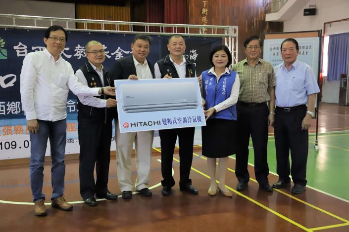台西文教基金會邀請社會各界及企業,共同捐贈117台冷氣給台西鄉國中小學,今日舉辦捐贈儀式,由張縣長代表接受。