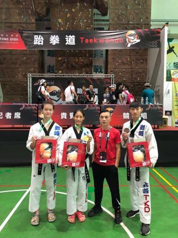 義峰高中跆拳道馬妤昕(左二)金牌張芮恩(左一)銀牌黃珩恩(右一)銅牌