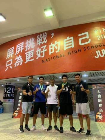 高男鏈球金牌沈右豪(右二)沈智陞(左二)與指導教練高聖哲(左一)陳計憲(中)