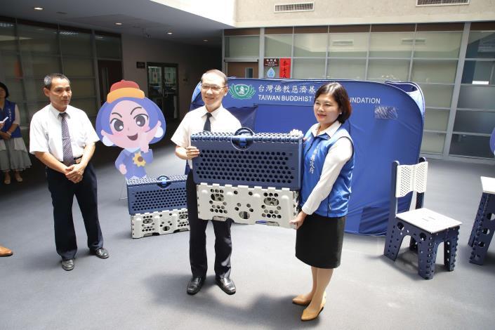 慈濟基金會捐贈福慧床給縣府,災時可提供民眾及救災人員使用。