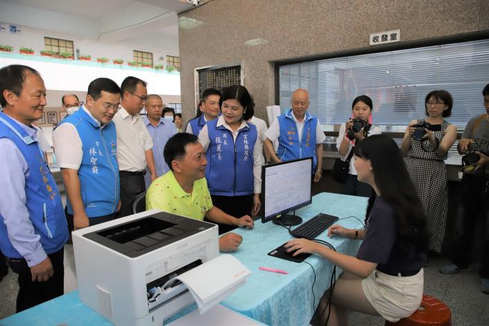 縣長張麗善到斗六市公所的謄本櫃台瞭解民眾申辦狀況。