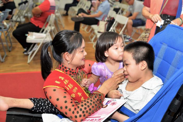 此次最年輕的模範媽媽吳氏深,多年來無怨無悔照顧罹患罕見疾病無法痊癒的長子與長女