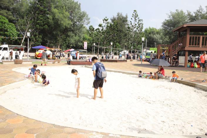 三條崙海水浴場整建後有沙坑、涼亭、溜滑梯等遊戲設施,適合親子共遊。