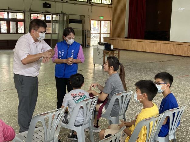 副縣長和鎮西陳校長和學生互動