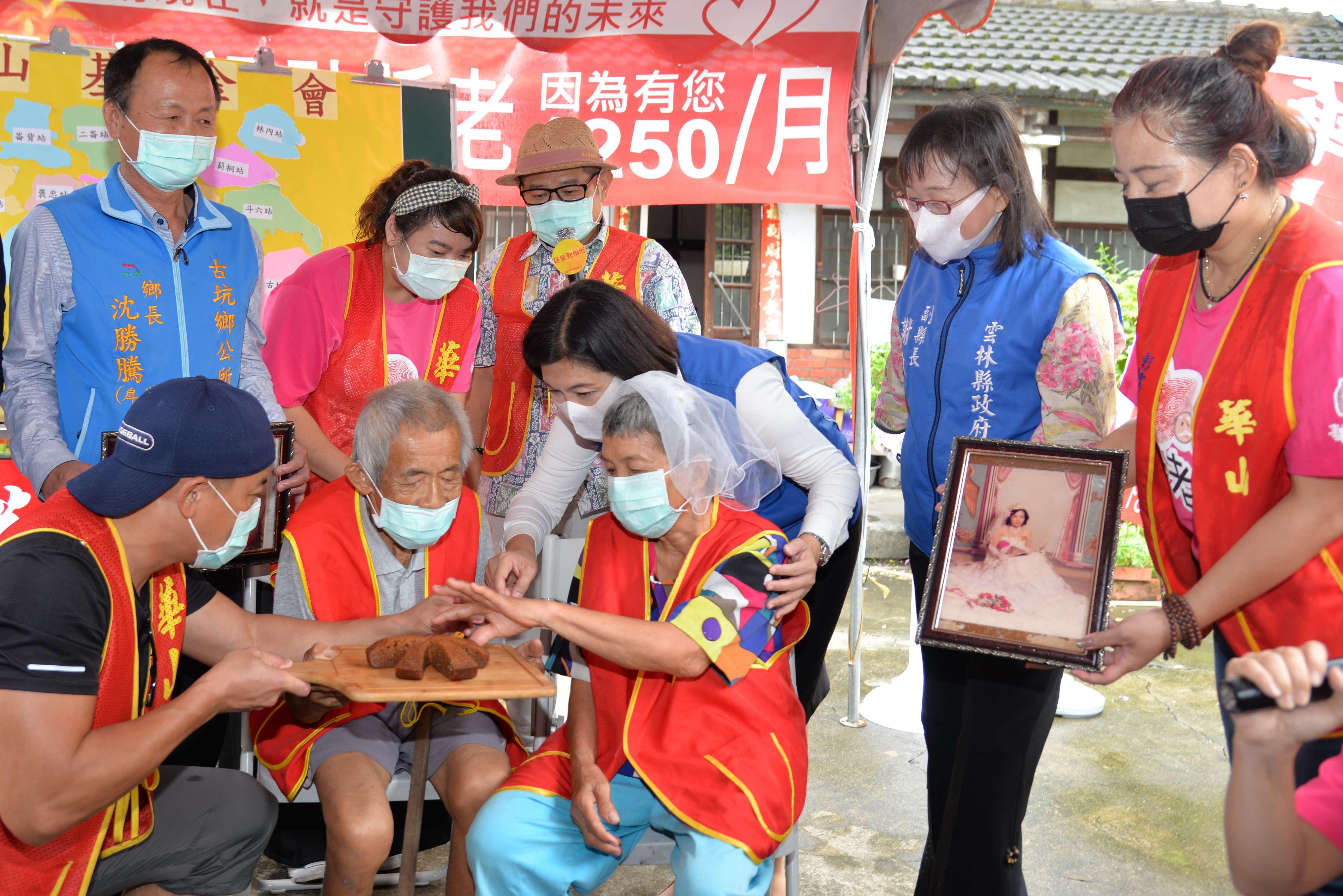 張縣長與藝人許效舜、江宏恩為老寶貝獻上印尼甜點
