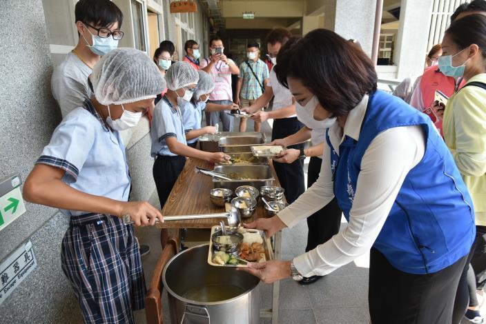 學生幫張縣長打菜