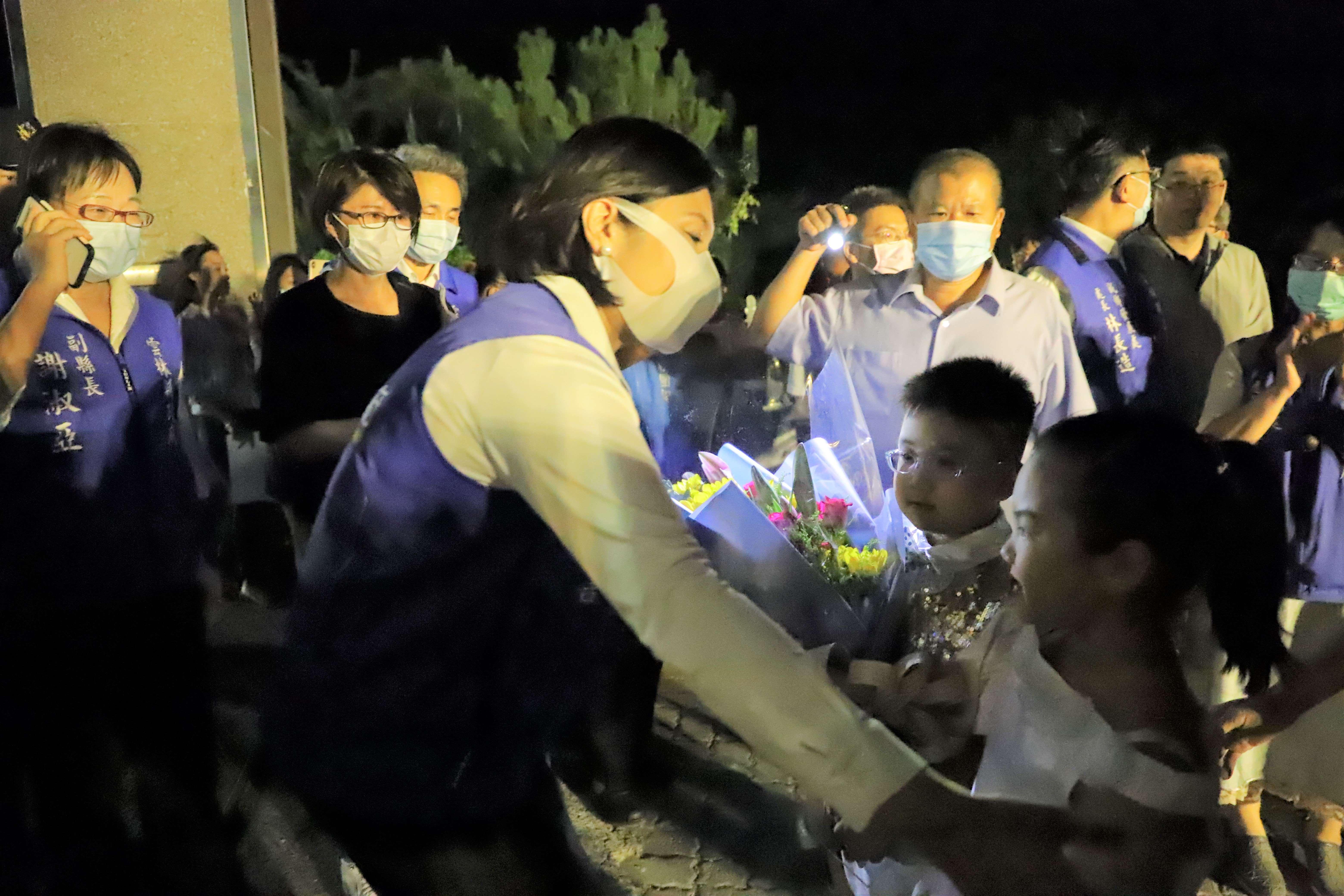馬光國小學童獻花,歡迎縣長學姊回母校。