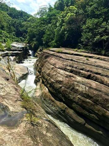 萬年峽谷步道是溪水經年累月的侵蝕作用與岩層擠壓所造成的V字型峽谷