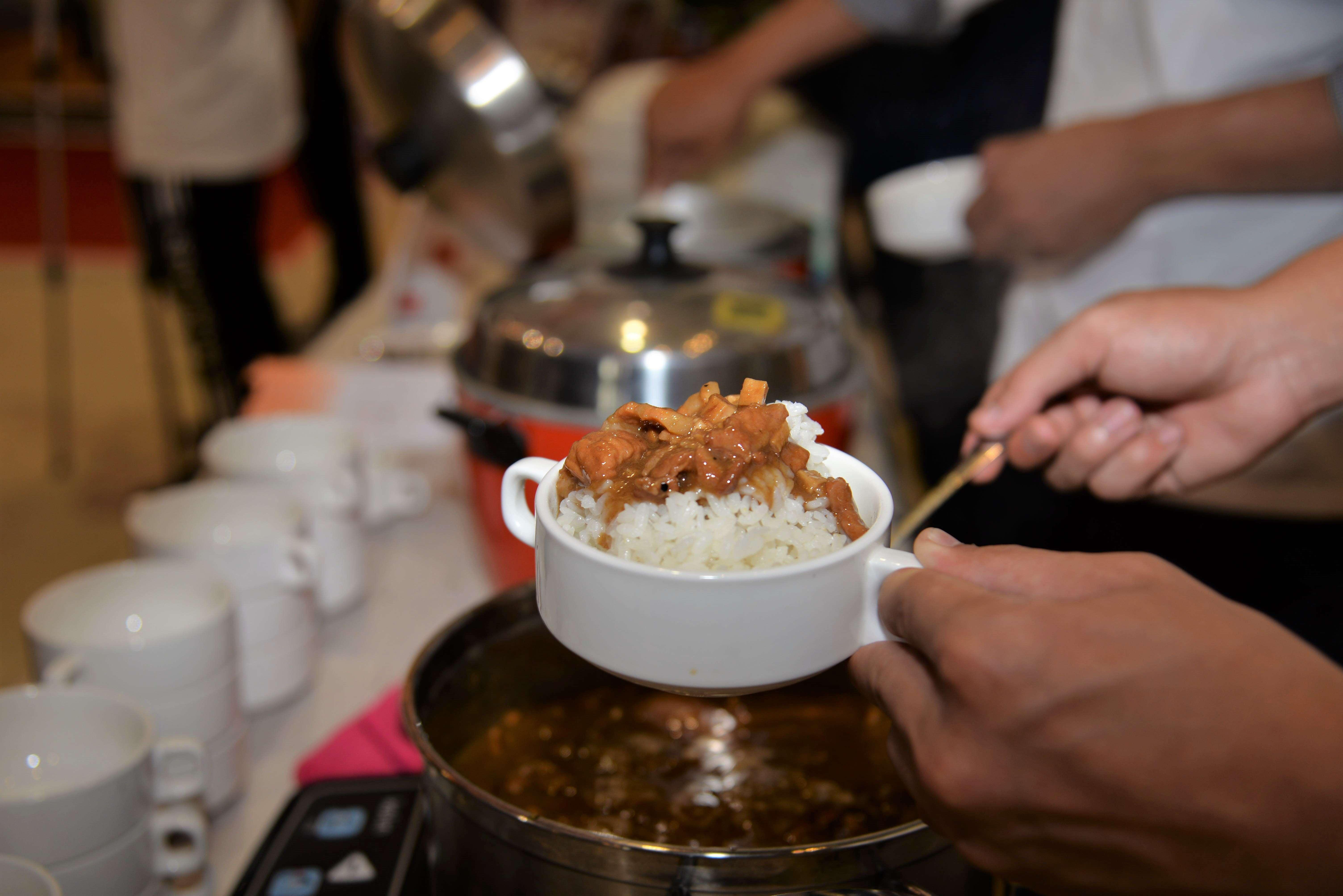 撲鼻米香、滷肉香、瑩白米飯淋上滷汁引人食慾