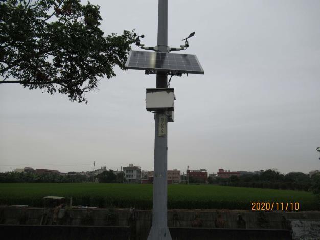 環保局機動式微型感測器設備,搭配太陽能板全天候24小時監測