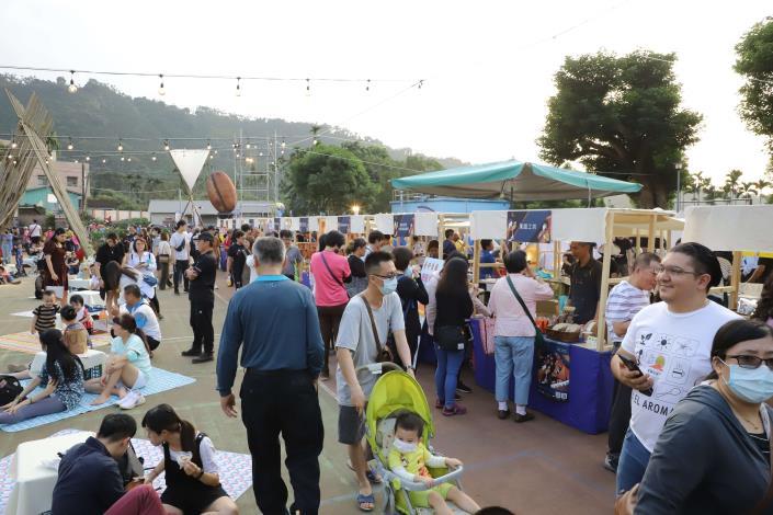 咖啡市集吸引不少民眾駐足,氣氛熱鬧。