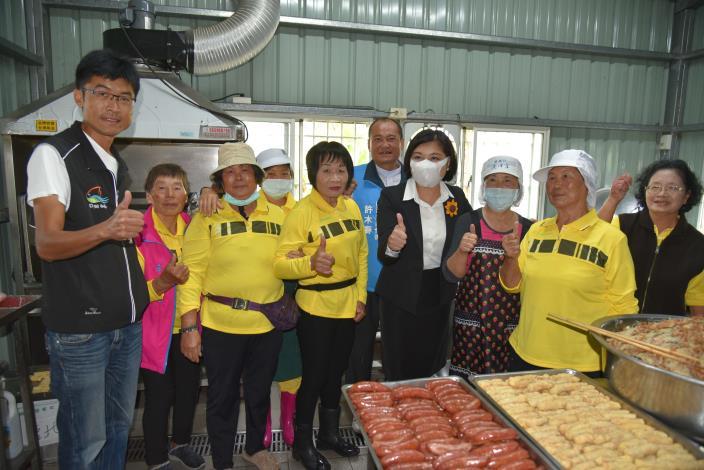 梧北長青食堂志工媽媽班也提供豐盛美味的炒米粉、菜頭湯,讓大家逛社區外還可飽足美食