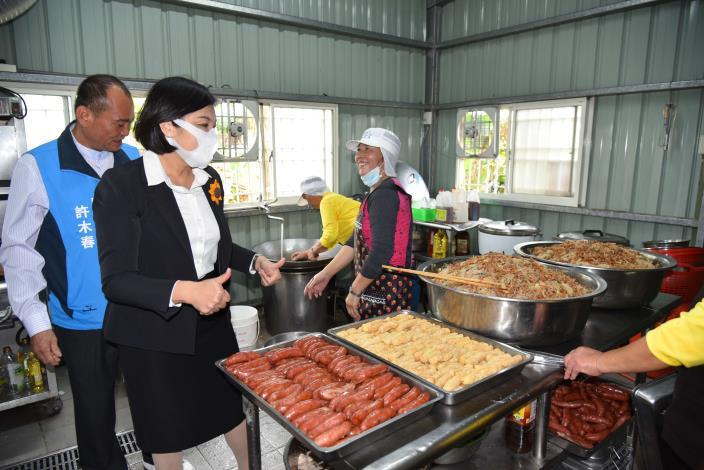 張縣長為梧北長青食堂志工媽媽班加油打氣,感謝她們準備豐盛料理給到場民眾飽餐一頓