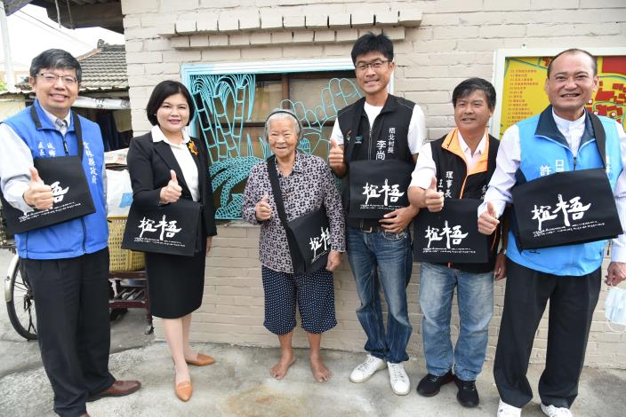 張縣長特別感謝92歲的柑仔店老闆娘李林選阿嬤,願意提供自己的店面成為一個社區景觀營造景點