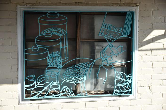 柑仔店外面的鐵花窗不僅導入創意元素,圖案更展現在地農村設計元素