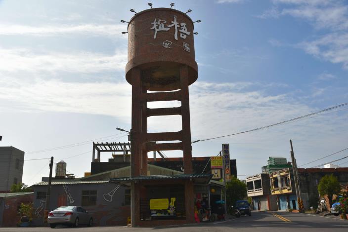 椬梧水塔有小雨燕築巢,本次重新拼貼馬賽克,提升小雨燕與椬梧村民生活依存的連結感