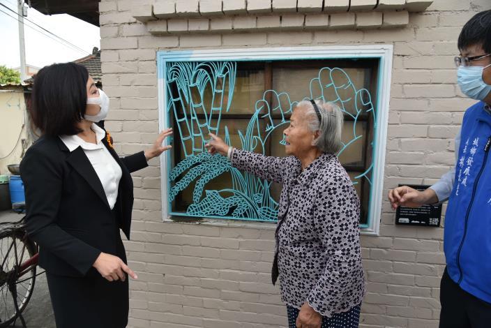 柑仔店老闆娘李林選阿嬤介紹鐵花窗設計圖像