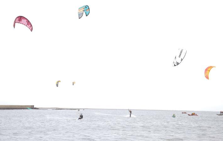 三條崙屬於淺灘,風力穩定、浪不大,非常適合風箏衝浪002