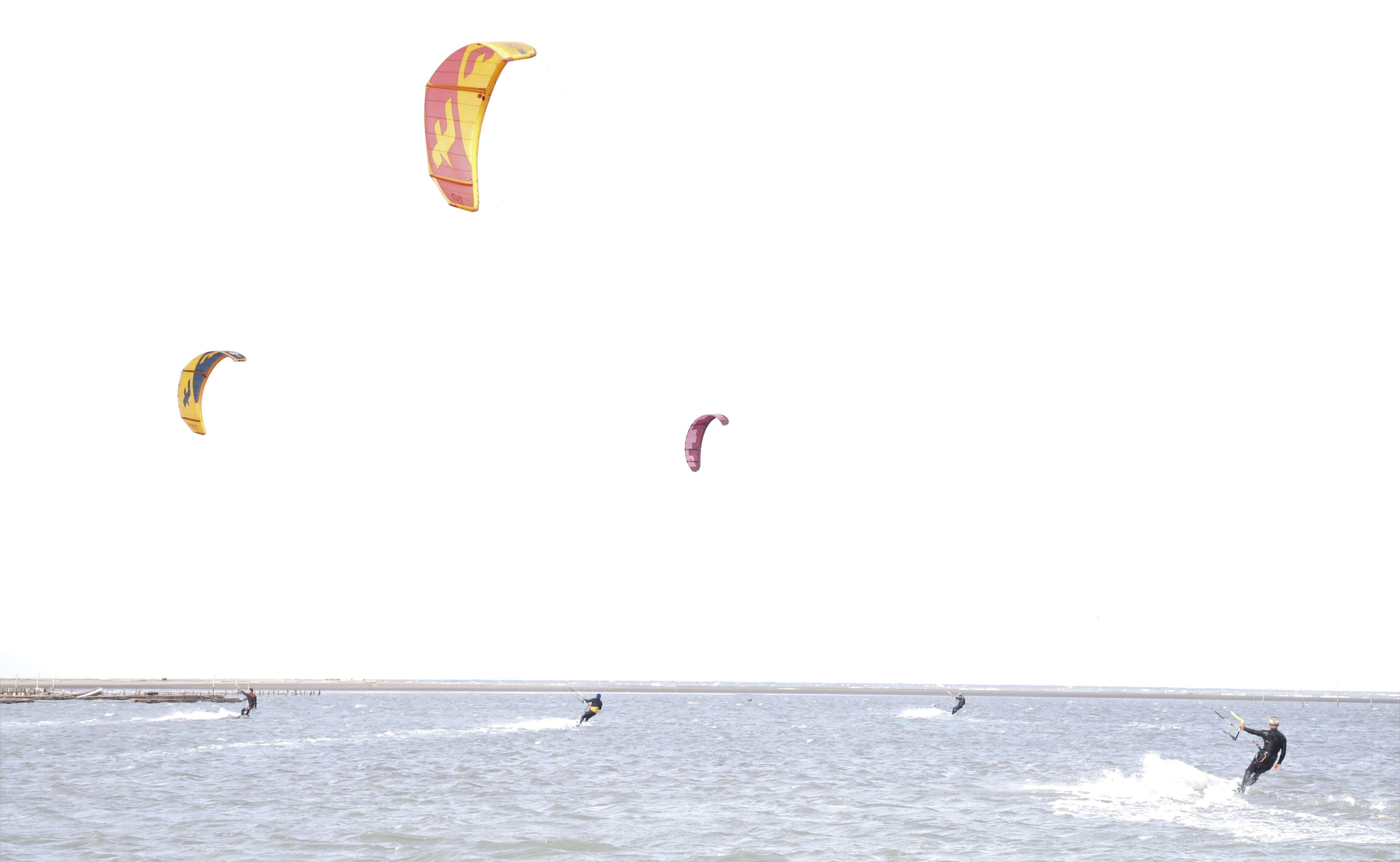 三條崙屬於淺灘,風力穩定、浪不大,非常適合風箏衝浪。