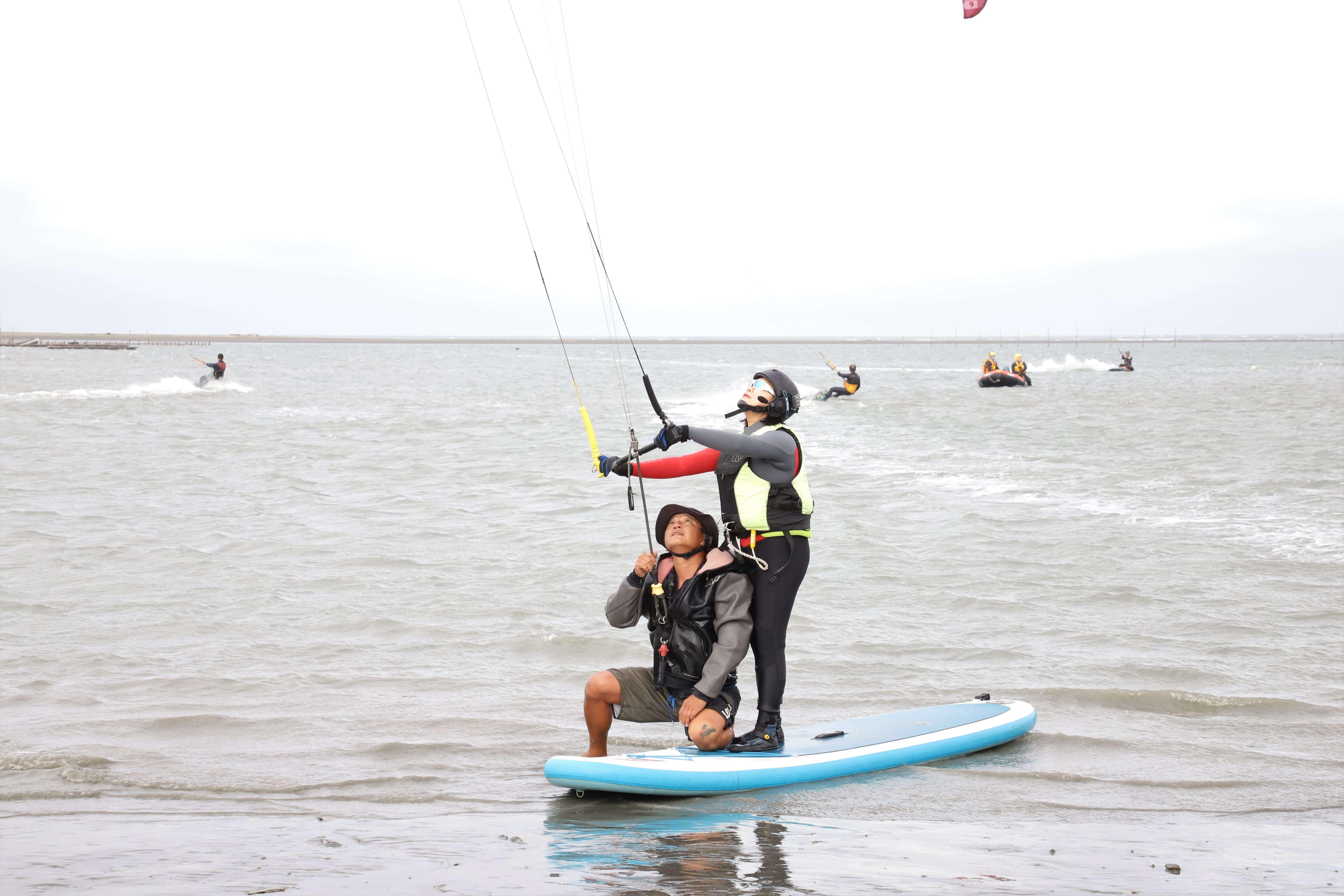 縣長張麗善體驗風箏衝浪
