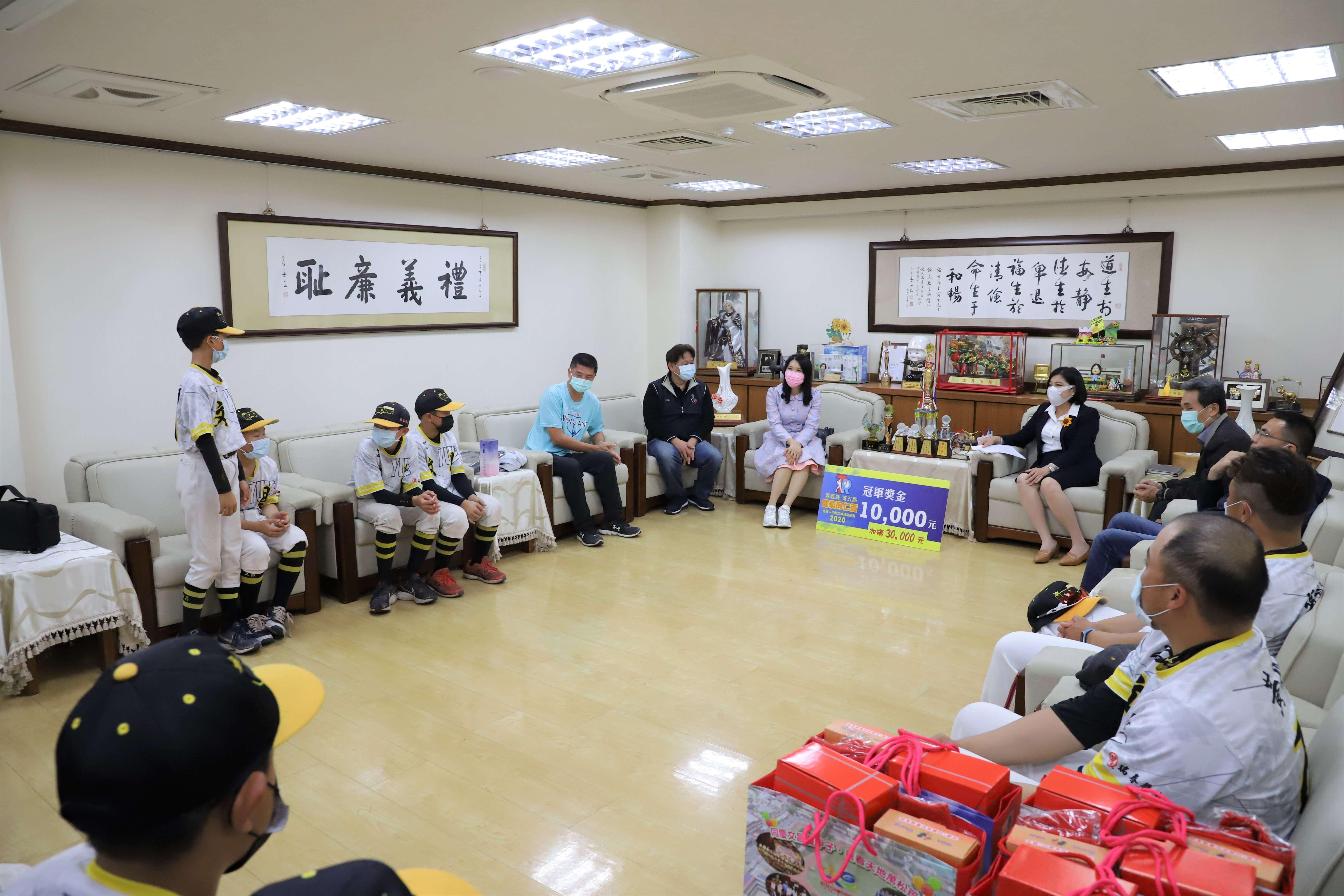 張縣長勉勵文昌國小選手們繼續努力,為雲林爭取榮譽。.JPG
