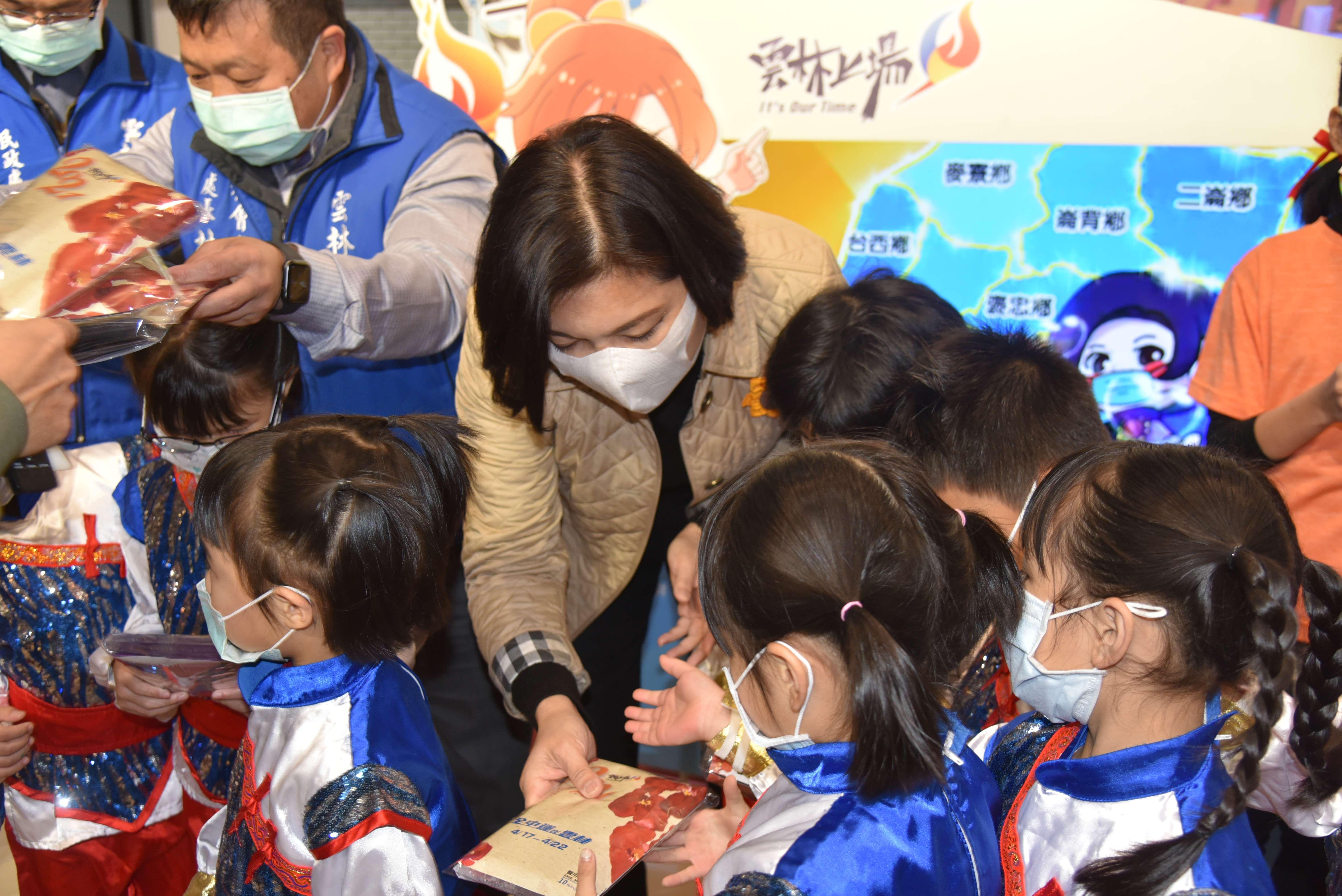 張縣長發送口罩給學童