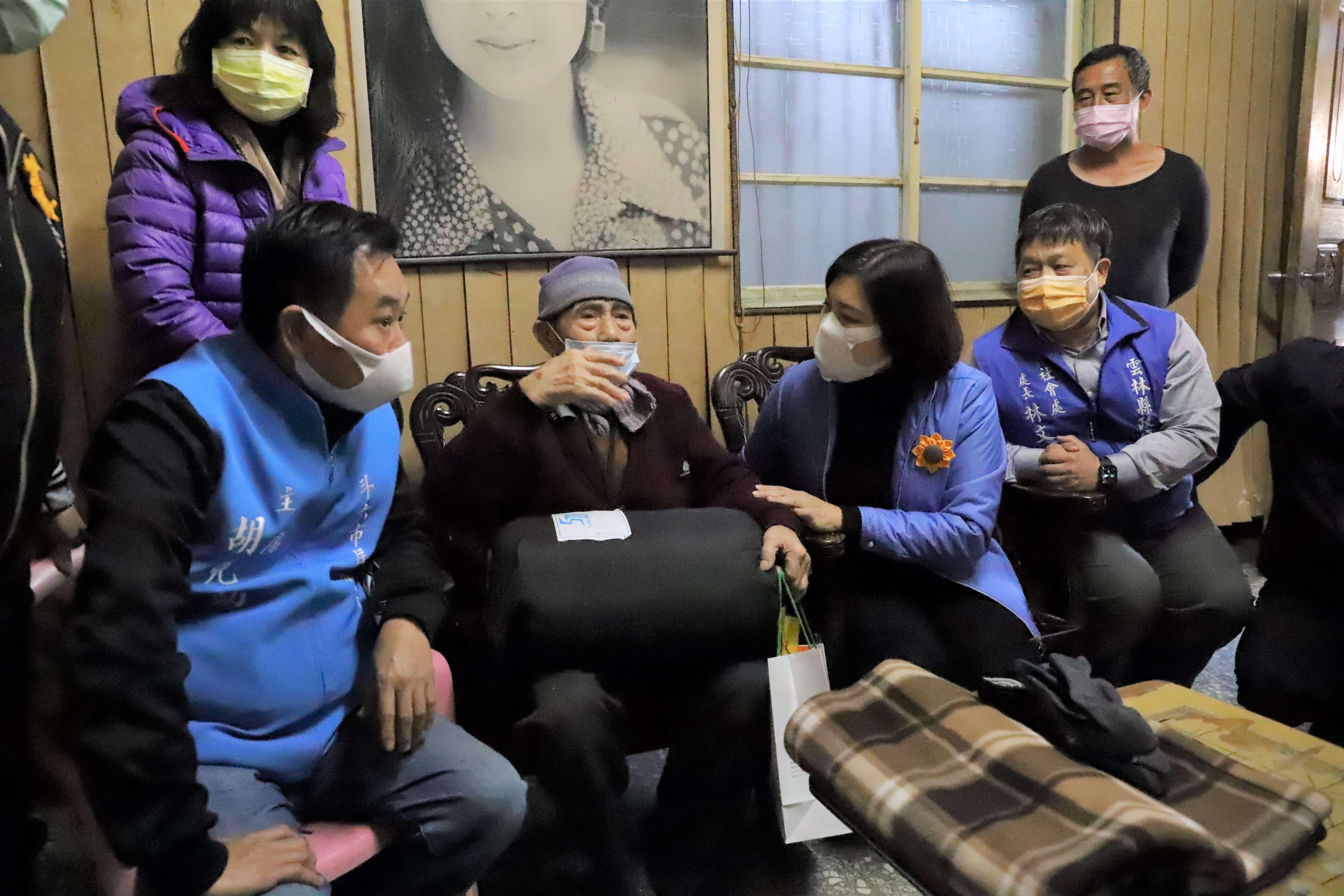 張縣長關懷獨居長輩,叮嚀長輩們要注意身體,做好保暖工作。