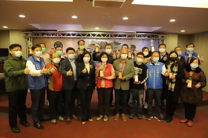 張縣長頒獎表揚雲林縣第二屆金牌農村競賽13個獲獎社區。